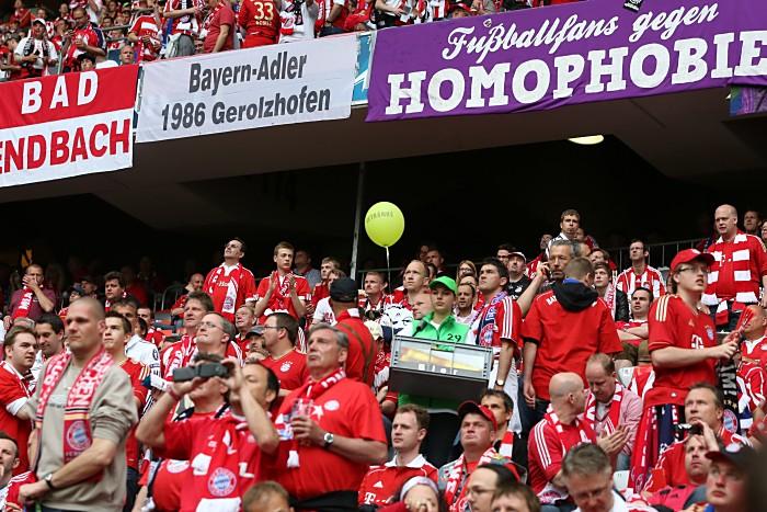 Die Bundesliga ist nach wie vor so populär wie selten zuvor. Allein das Zuschaueraufkommen beweist, dass die Lust der Fans auf deutschen Fußball noch lange nicht gestillt ist. In der vergangenen Saison sahen durchschnittlich 42.421 Zuschauer die Spiele im Stadion. Damit erreicht die deutsche Liga den besten Zuschauerschnitt weltweit. Im großen Maße zum Erfolg tragen die Topclubs FC Bayern München und Borussia Dortmund bei, die den höchsten Zuschauerschnitt der Liga haben. Aber auch Traditions-Clubs wie Mönchengladbach, Schalke, Hamburg und Frankfurt spielen regelmäßig vor rund 50.000 Zuschauern. Und wenn man nicht ins Stadion geht, kann man Fußball heute auch noch im TV anschauen.  Fußballfans in München (Mitch Gunn / Shutterstock.com)  Bild: Fußballfans in München (Mitch Gunn / Shutterstock.com)