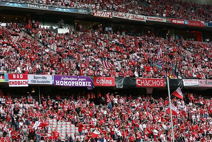 Bild: Fußballfans des FC Bayern München (Mitch Gunn / Shutterstock.com)